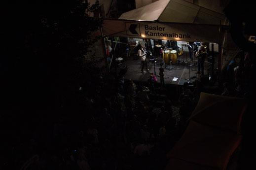 """""""Em Bebbi sy Jazz"""", ein schweizerisches Event in Grossbasel: Live-Musik von der """"Ritmo Jazz Group"""" auf dem Andreasplatz im August"""