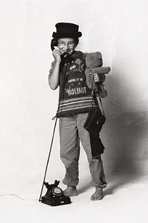 Kinderbild Janna Ambrosy mit Schnurtelefon