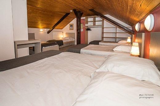 chambre 6 personnes 1 lit double 4 lits simples avec fenêtre La Bresse