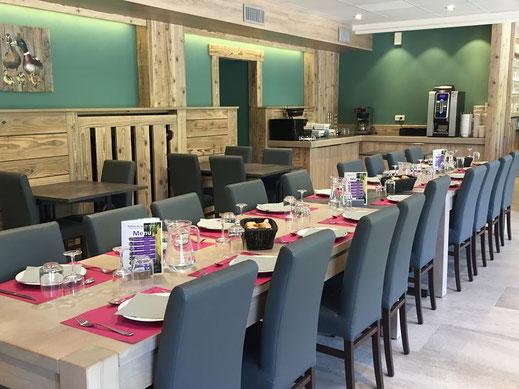 salle de restaurant rénovée avec décor bois du domaine du haut des bluches à la bresse