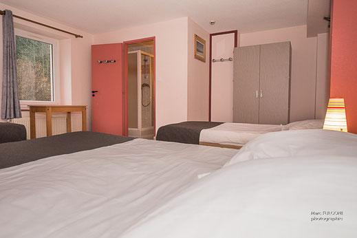chambre 4 personnes 1 lit double 2 lits simples avec fenêtre La Bresse