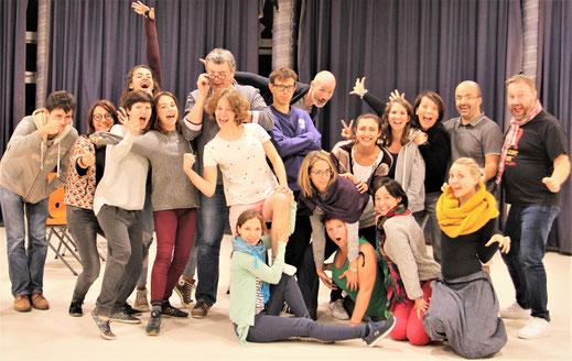 Personnes dynamiques qui forment un atelier de théâtre d'improvisation