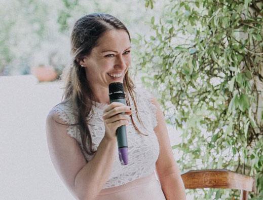 Isabel spielt schon seit der Grundschule mit Worten und leitet ausdrucksstark durch Eure Trauung. Foto: Lukas Schramm
