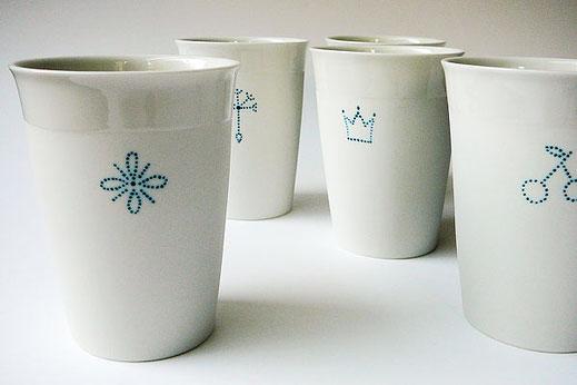 Porzellanbecher mit Piktogrammdekor