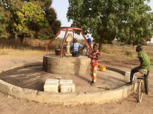 Bild: einziger gedeckter Brunnen des Dorfes