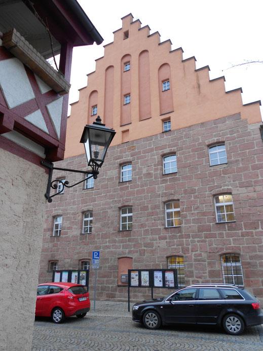 Im obersten Giebelfenster am Rathaus Heideck brüten die Turmfalken in einem Nistkasten (Foto: R. Zeiner).
