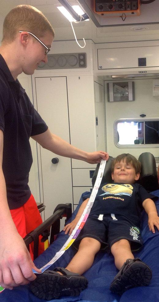Einsatz des KINDERSICHER-Maßbands zur Farbcodierung im RTW beim Kindernotfall