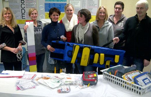 Die Anästhesiepflegekräfte des WKK bei der Vorstellung der farbcodoerten Kindertaschen