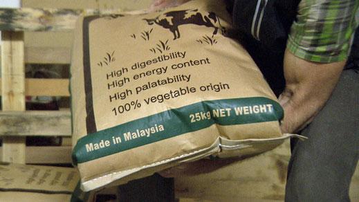 Milchbauern setzen Kraftfutter mit Palmöl ein, um die Milchleistung ihrer Kühe zu erhöhen.