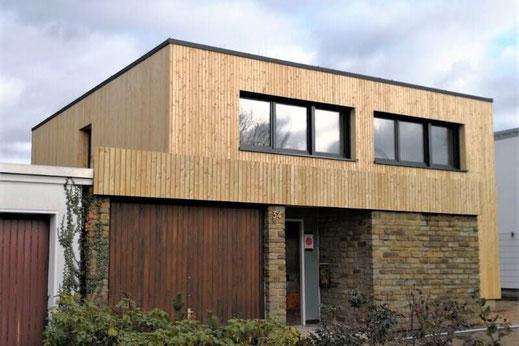 Anbau mit Rhombusschalung, Holzterrasse und Sichtschutzzaun aus Holz in Pulheim-Stommeln