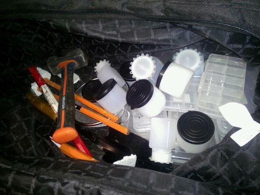 La mia attrezzatura da portare sul campo. Comprende 3 scalpelli, piede di porco, mazzetta, pala, paramani per scalpelli, numerosi contenitori e buste