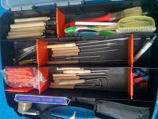 Attrezzatura che uso per la preparazione dei pezzi a casa. Comprende varie punte di vari materiali, spazzole, pennelli, lenti, scalpelli da legno