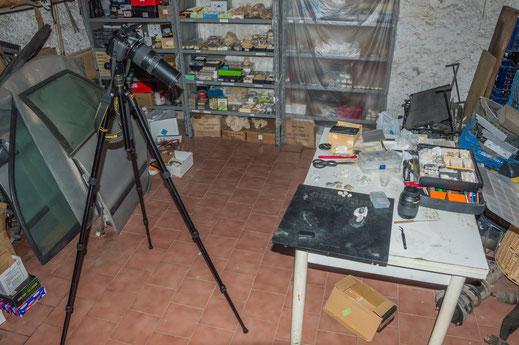 L'attrezzatura allestita per le fotografie di piccoli campioni.