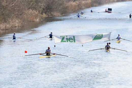 Zieleinlauf SM1x: 42 Skuller absolvierten die 6.000-Meter-Strecke in Leipzig-Burghausen. Foto: 2000meter.de