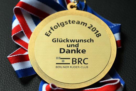 Dankeschön fürs Mitrudern: die BRC-Medaille 2018. Foto: 2000meter.de