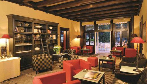 Von der gemütlichen Lounge geht es direkt auf die Restaurant-Terrasse