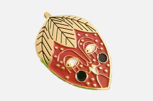 spilla che rappresenta una fragola con la faccina in stile pin