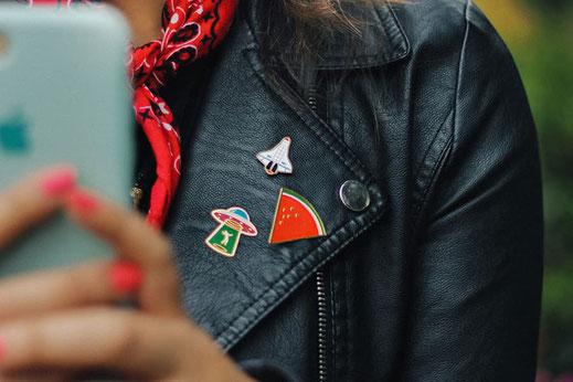 spille personalizzate per giacca in stile pin molto alla moda