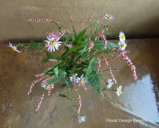 赤まんまとノコンギクで野趣ある花あしらい