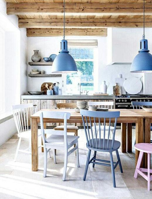 Suspensions et chaises bleues, cuisine avec poutres en bois