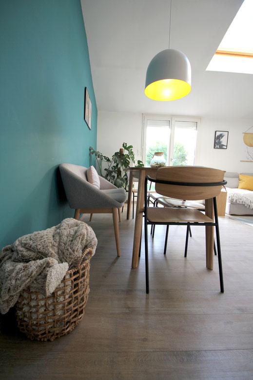 Aménagement d'intérieur, mur bleu vert, banquette, chaises d'écolier, panier tressé