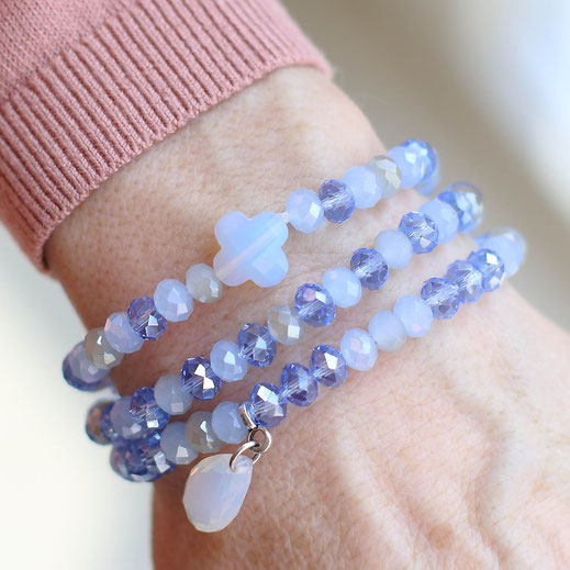 handgemachte Armbänder aus Glasperlen, in blau, mit Anhängern, perfekt für den Frühling, aus der Frühjahrskollektion, aus Köln, EVAMARIA jewelry, modern, trendig,