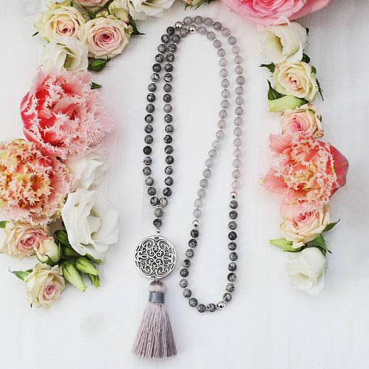 Frühjahrskollektion, moderne, lange, Edelstein Kette, in weiß grau und silber, Boho Style, mit Quaste und Tassle, Ibiza Style, EVAMARIA jewelry