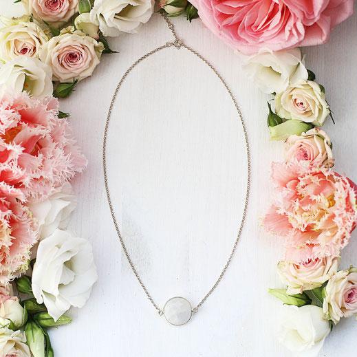 925 Silber kurze Halskette mit einem Mondsteinanhänger, handgemacht, modern, zierlich, zeitlos, weiß und silber aus der Frühjahrskollektion, EVAMARIA jewelry, aus Köln