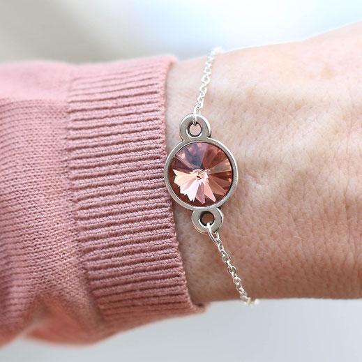 handgemachtes versilbertes Armband mit einem Swarovski Stein Anhänger in koralle/rosa, aus der Frühjahrskollektion, EVAMARIA jewelry, shop the look, detail, details, outfitdetail