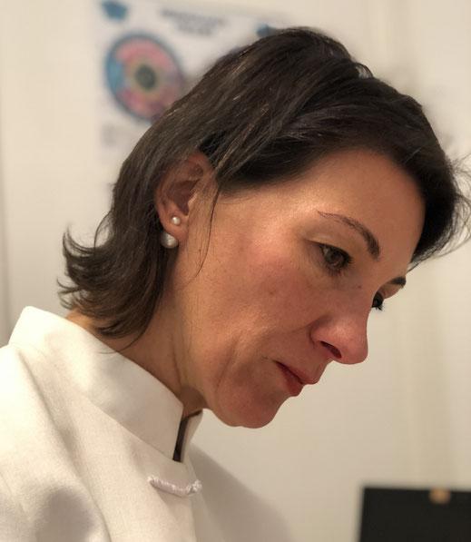 Elke Chicarella mit konzentriertem Blick beim Akupunktieren