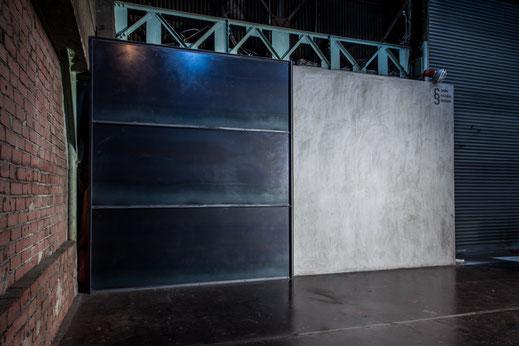 【Studio A】黒皮鋼板壁(左)・左官壁(右)