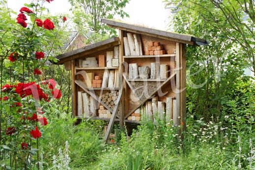 Bild: mit Bambusstengeln gefüllte Dosen, Insektennistwand; Wildbienenwand, Insektenhotel, Nisthilfe
