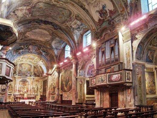 Sitzbereiche und Altar in Kirche heizen