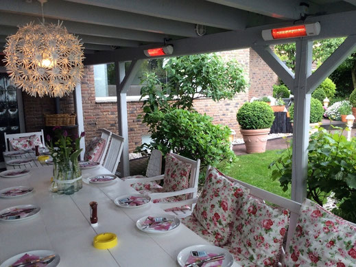 Terrasse mit Heizstrahler unter Holzpergola
