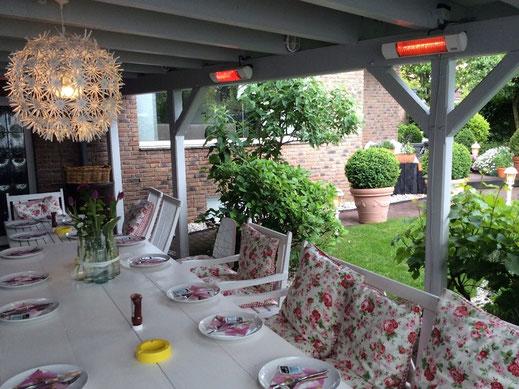 Terrasse mit Heizstrahler unter einer Holzpergola