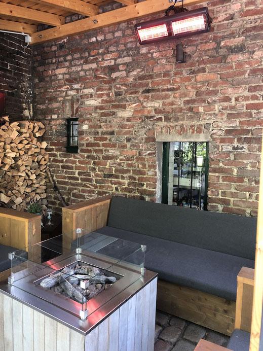 Loungegruppe mit Gaskamin und Wärmestrahler, hoch montiert