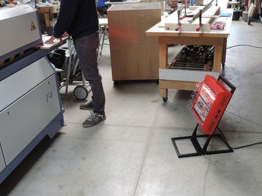 Handliche mobile Infrarot Heizung für Arbeit an Maschine
