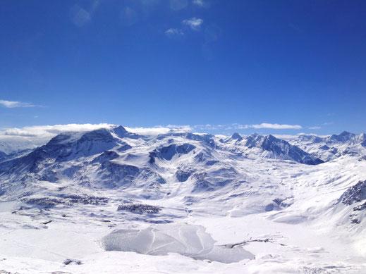 Val Cenis est un formidable domaine skiable alpin avec 125 km de pistes répartis entre 1300 et 2800 m d'altitude. L'hôtel Alpazur se situe à 200m seulement de ce superbe terrain de jeu !