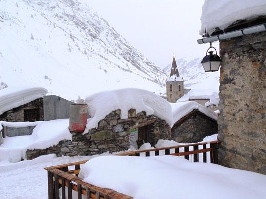 Val Cenis est dans la vallée de la Haute Maurienne. 5 stations de ski, l'un des plus beaux villages de France, Bonneval-sur-Arc, et un domaine nordique, Bessans, composent cette carte postale.
