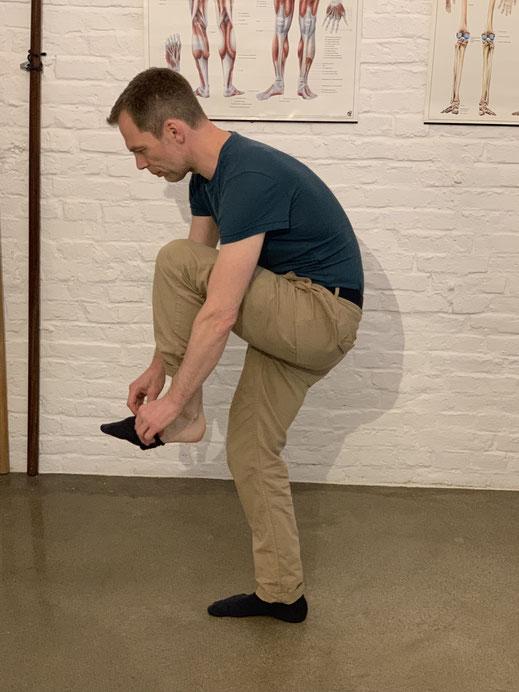 Ein geschmeidiges Faszien Netz erlaubt es Ihnen, sich die Socken im Stehen ohne Schmerzen anzuziehen