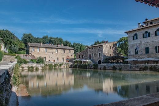 L'incantevole vasca termale di Bagno Vignoni