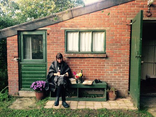 Ik bij het huisje (een van de weinige digitale foto's), rechts op het bankje mijn camera