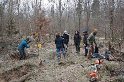Studenten der Uni Hohenheim bei der Begradigung und Befüllung alter Tümpel, welche seit 1997 jährlich durch den örtlichen BUND restauriert worden sind.