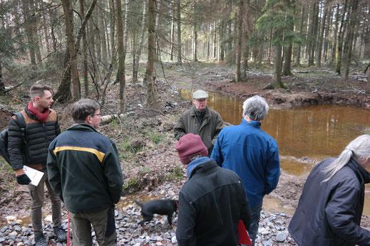 Die Anwesenden beraten sich über die vereinzelte Freistellung von einigen der vielen Kleinstgewässern auf Wegen um eine Besonnung zu gewährleisten.