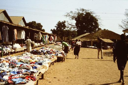 Markt in Bissau: Bekleidung...