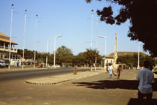 Hauptstraße von Bissau mit Rathaus
