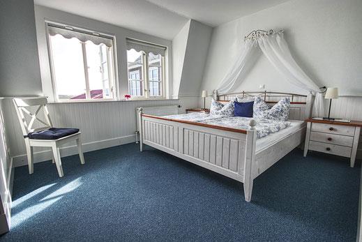 Elegant eingerichtetes Schlafzimmer in der Wohnung Südfall