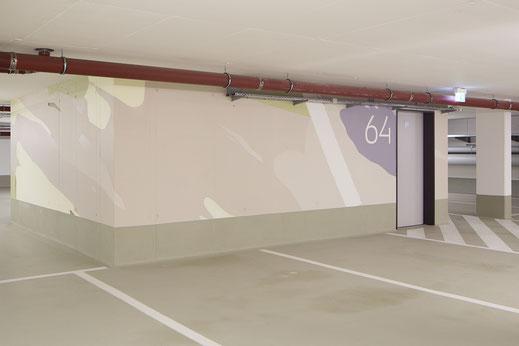 Die Orientierung wird nach der Einfahrt in die Tiefgarage durch die Farbgestaltung erleichtert.
