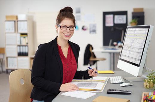 BGJ Schülerin am Computerarbeitsplatz