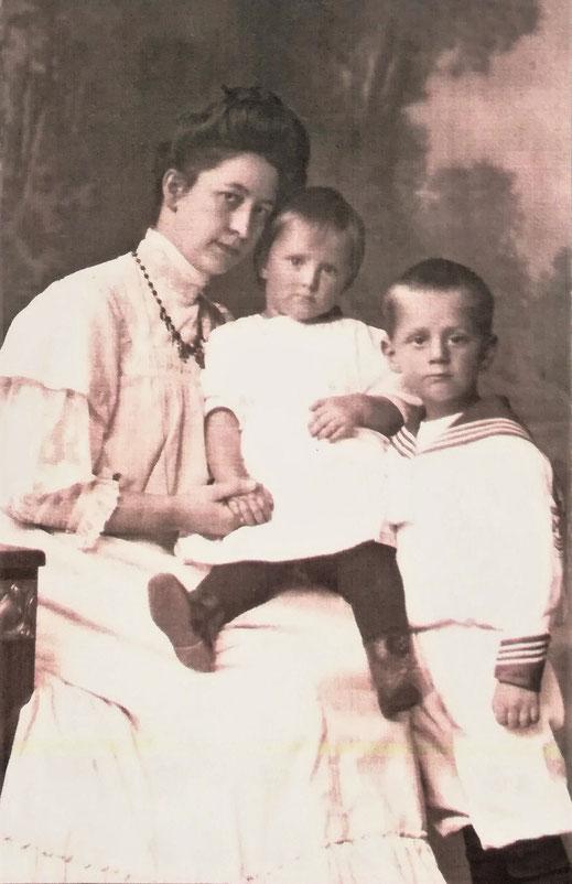 Frieda Frankenberg mit den Kindern Martha und Wilhelm